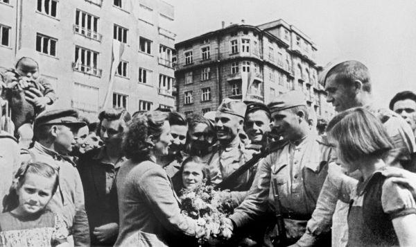 Жители освобожденной Софии приветствуют бойцов Красной армии