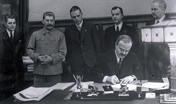 Подписание Договора о дружбе и взаимопомощи между СССР и Латвийской Республикой. Договор подписывает Министр Иностранных дел СССР Вячеслав Молотов.