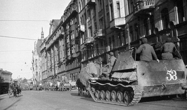 Колонна советских танков проходит по улицам освобожденной Риги, 1944 год