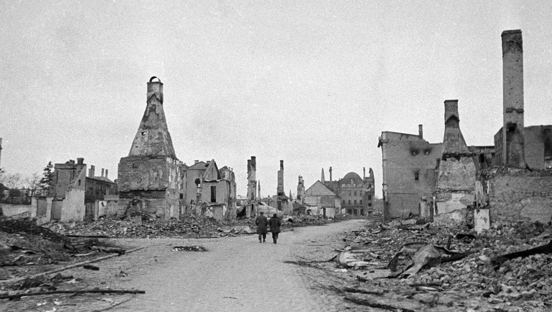 Латвийский город Елгава (Митава), разрушенный немецкими захватчиками, 1944 год