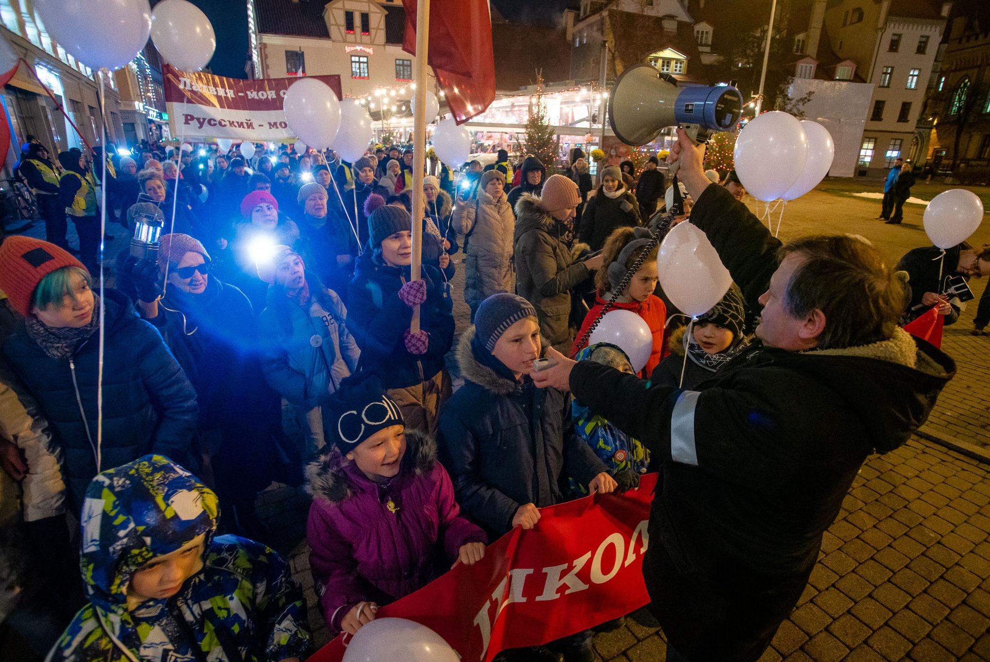 """Участники акции протеста """"Марш света против тьмы"""", против перевода всех школ национальных меньшинств на латышский язык обучения, в Риге, 5 декабря 2019"""