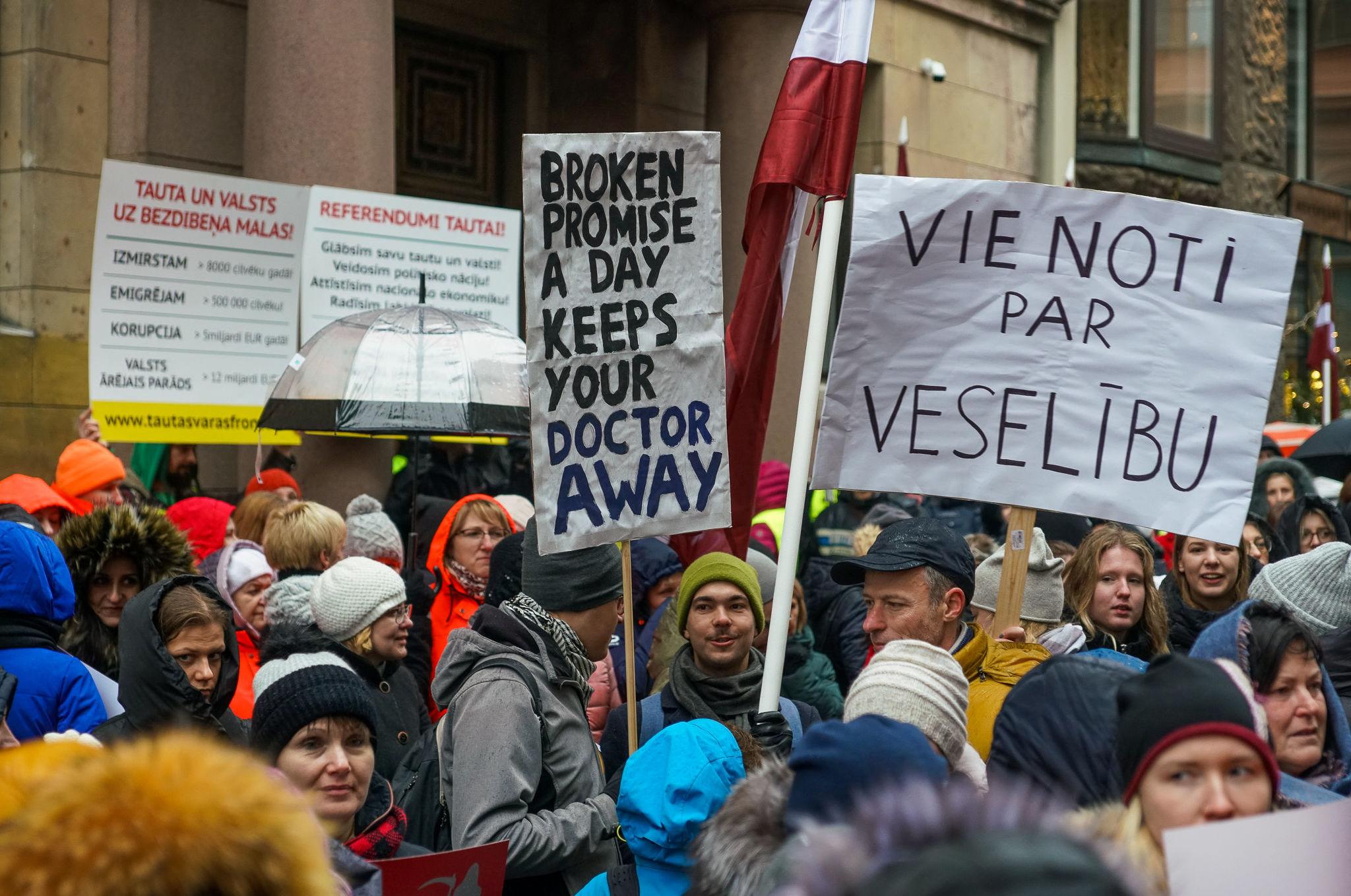 Акция протеста медиков у здания Сейма, 28 ноября 2019