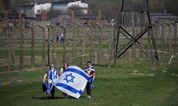 """Участники """"Марша жизни"""" во время шествия от бывшего нацистского лагеря Аушвиц I до бывшего нацистского лагеря Аушвиц II (Биркенау) в польском Освенциме"""
