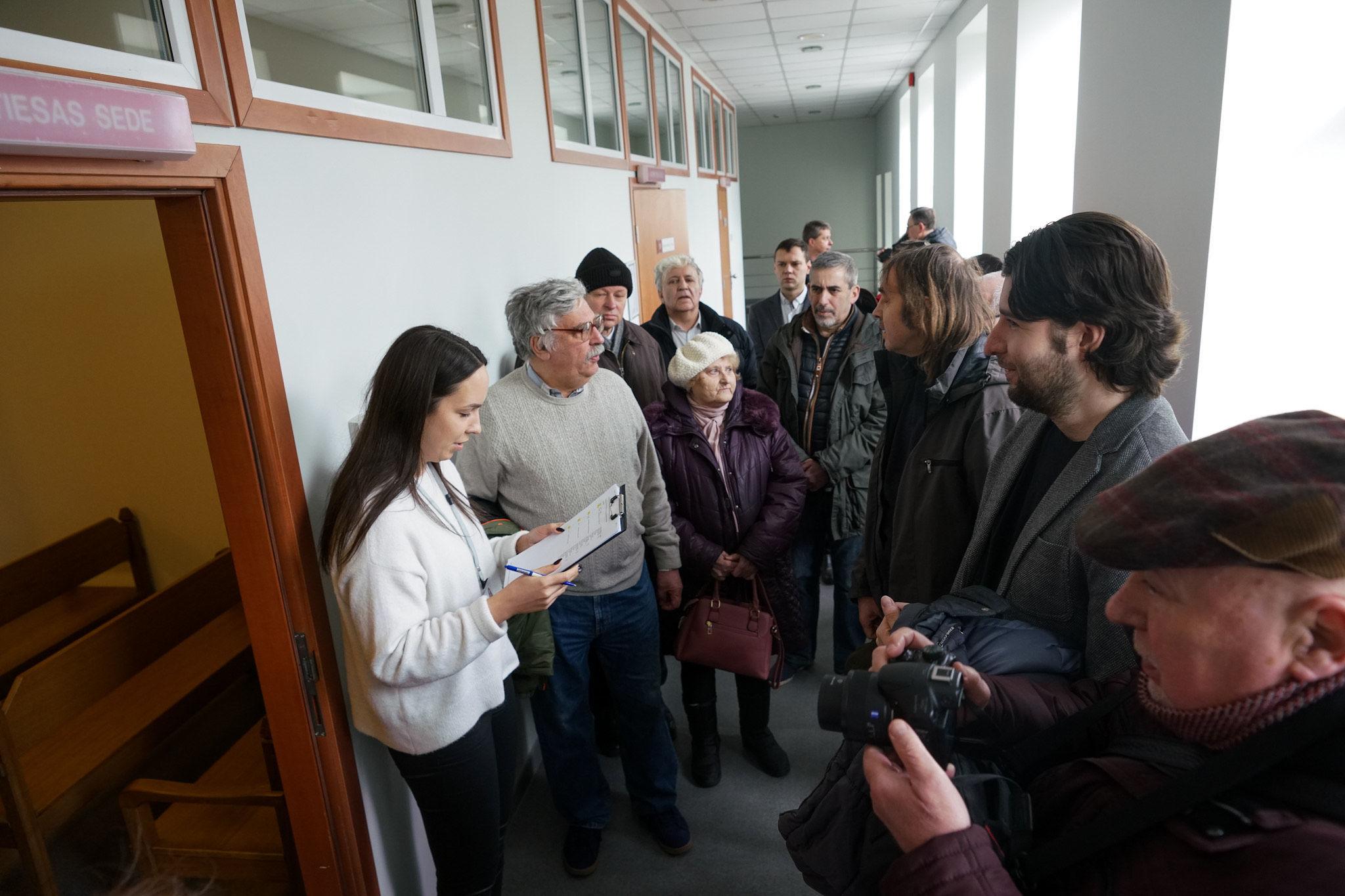 Александр Филей (второй справа) перед залом суда в Риге, 12 марта 2020