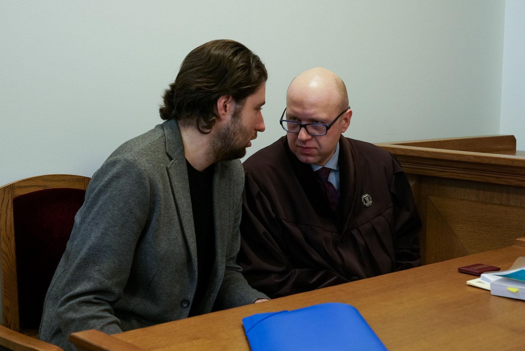 Александр Филей со своим адвокатом в зале суда в Риге, 12 марта 2020