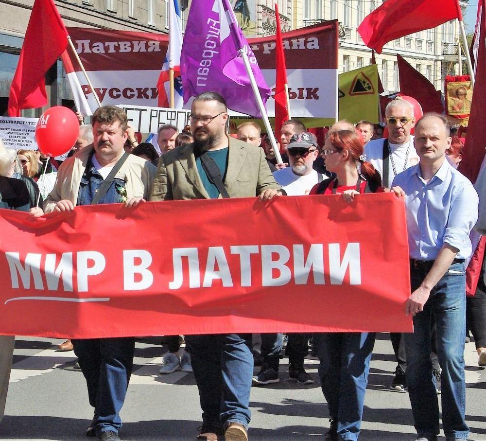 Дмитрий Шандыбин (в центре) во время первомайского шествия по улице Бривибас в Риге. 1 мая 2018 г.