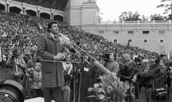 Председатель Президиума Верховного Совета Латвийской ССР Анатолий Валерианович Горбунов выступает на митинге жителей Риги в поддержку учредительного съезда Народного фронта Латвии в Межапарке. Латвийская ССР, 7 октября 1988