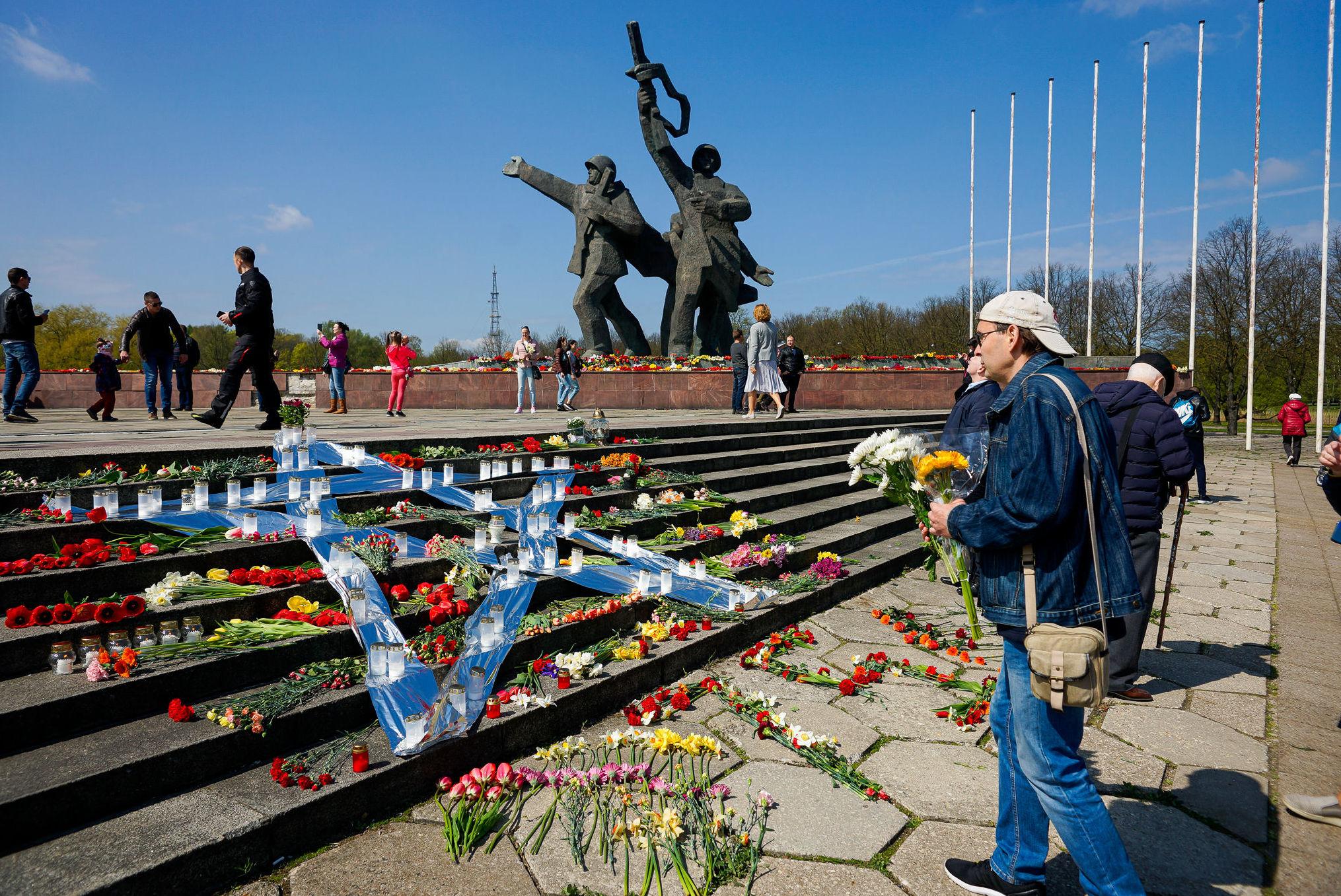 День Победы у памятника Освободителям в Риге