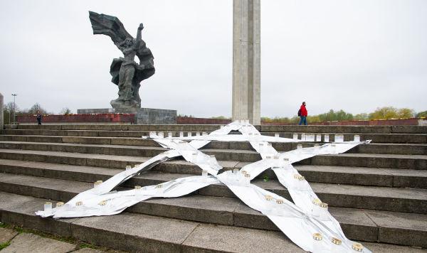 Пятиконечную звезду со свечами установил у памятника Освободителям Латвийский антинацистский комитет