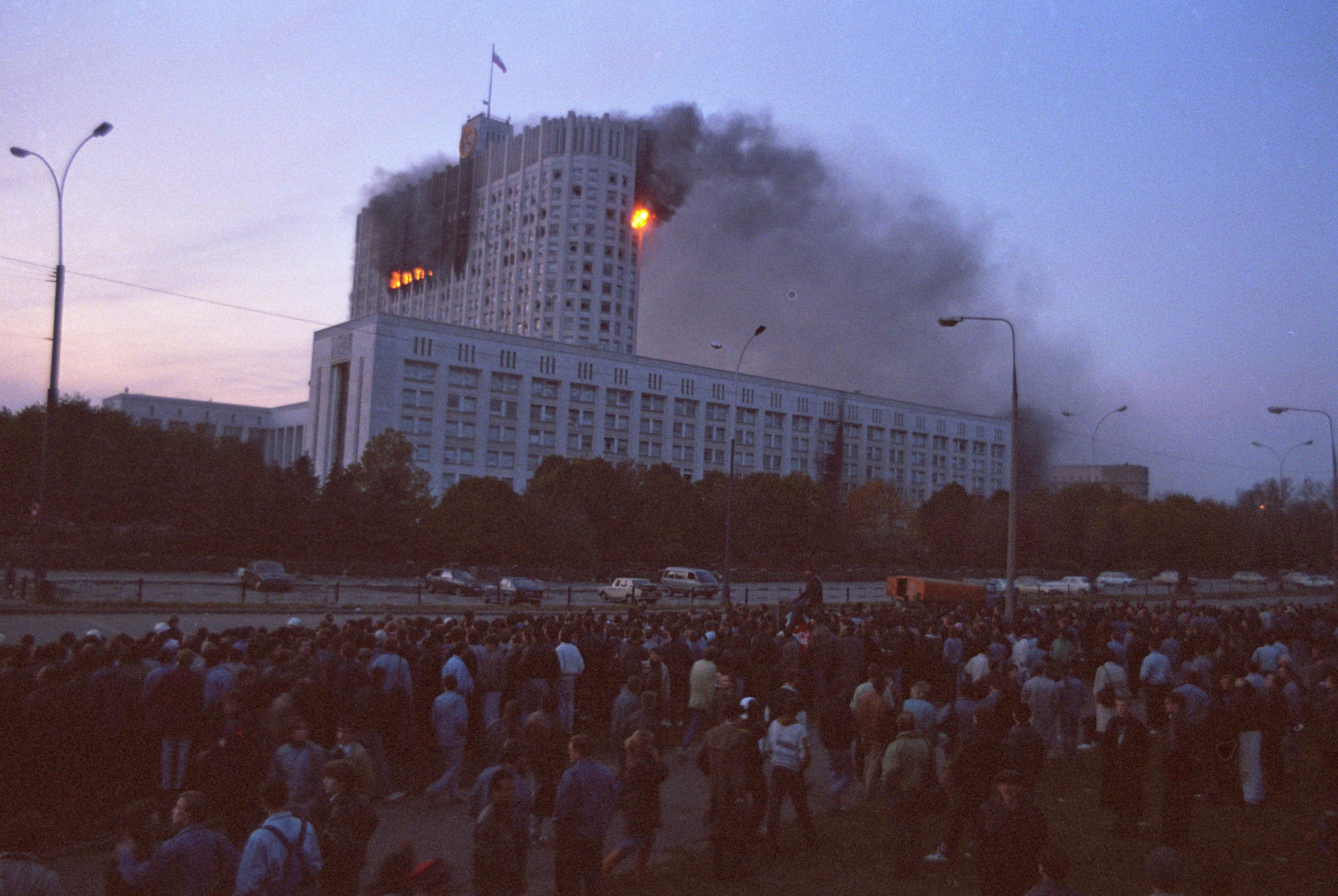 Конфликт двух ветвей российской власти, происходивший 21 сентября — 4 октября 1993 года, привел к насильственному прекращению полномочий Верховного Совета России и сопровождался вооружёнными столкновениями на улицах Москвы.
