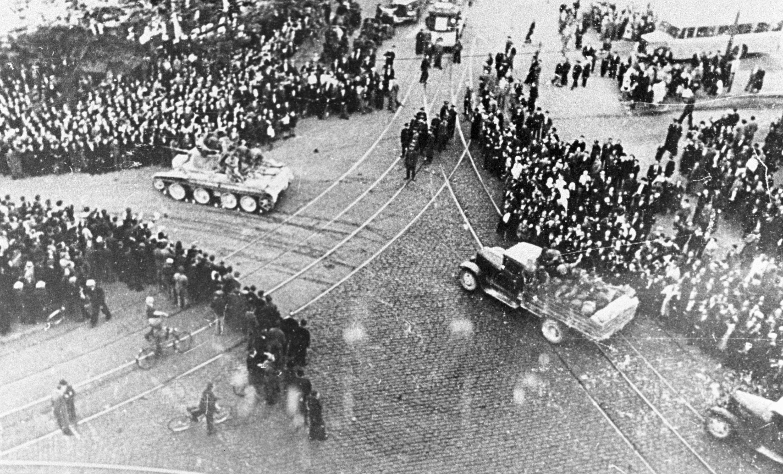 Трудящиеся Риги встречают части Красной Армиии, 17 июня 1940