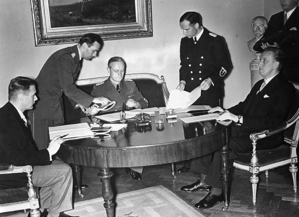 Подписание германо-эстонского и германо-латвийского договоров о ненападении. Слева направо: Вилхелмс Мунтерс, Иоахим фон Риббентроп, Карл Сельтер