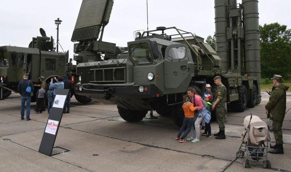 Пусковая установка ЗРК С-400 (справа) и автономная станция целеуказания