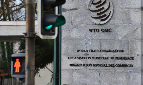 Эмблема Всемирной торговой организации (ВТО) возле здания штаб-квартиры организации в Женеве.