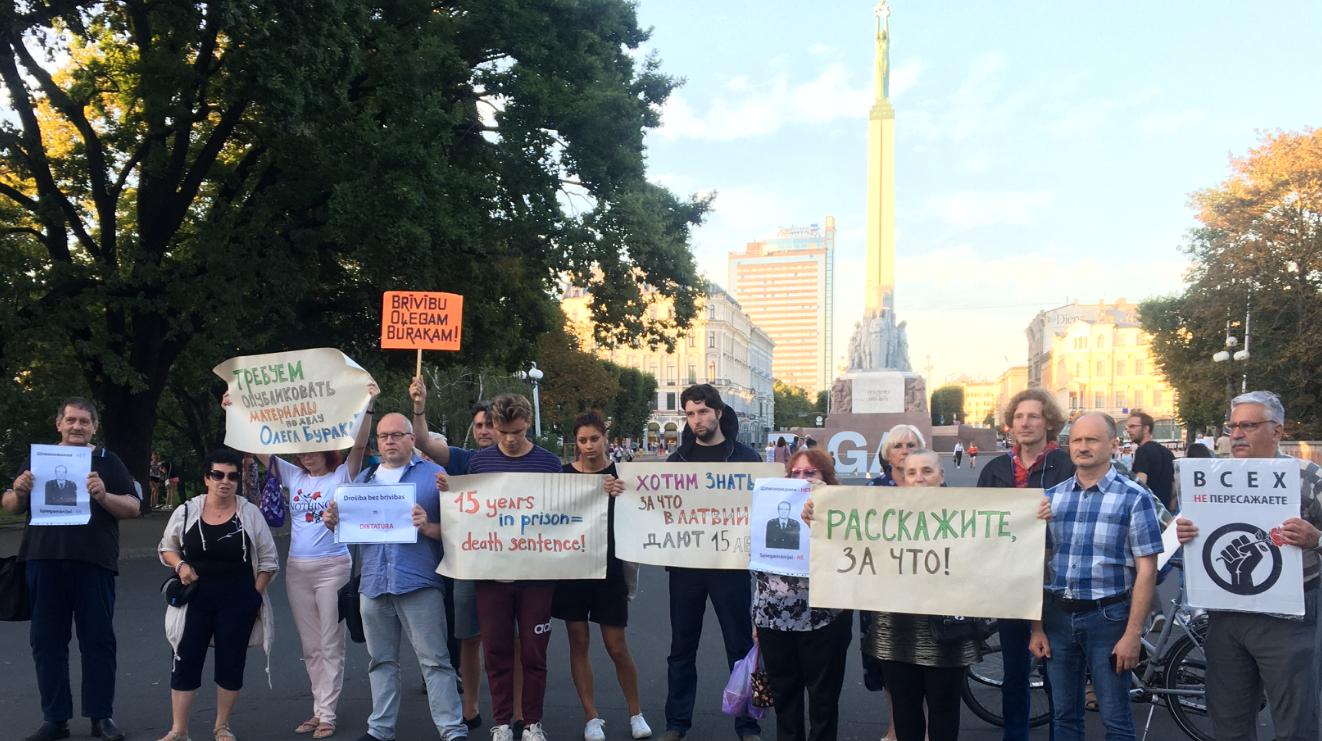 У памятника Свободы в Риге состоялся стихийный пикет в защиту осужденного Олега Бурака, 17 августа 2020