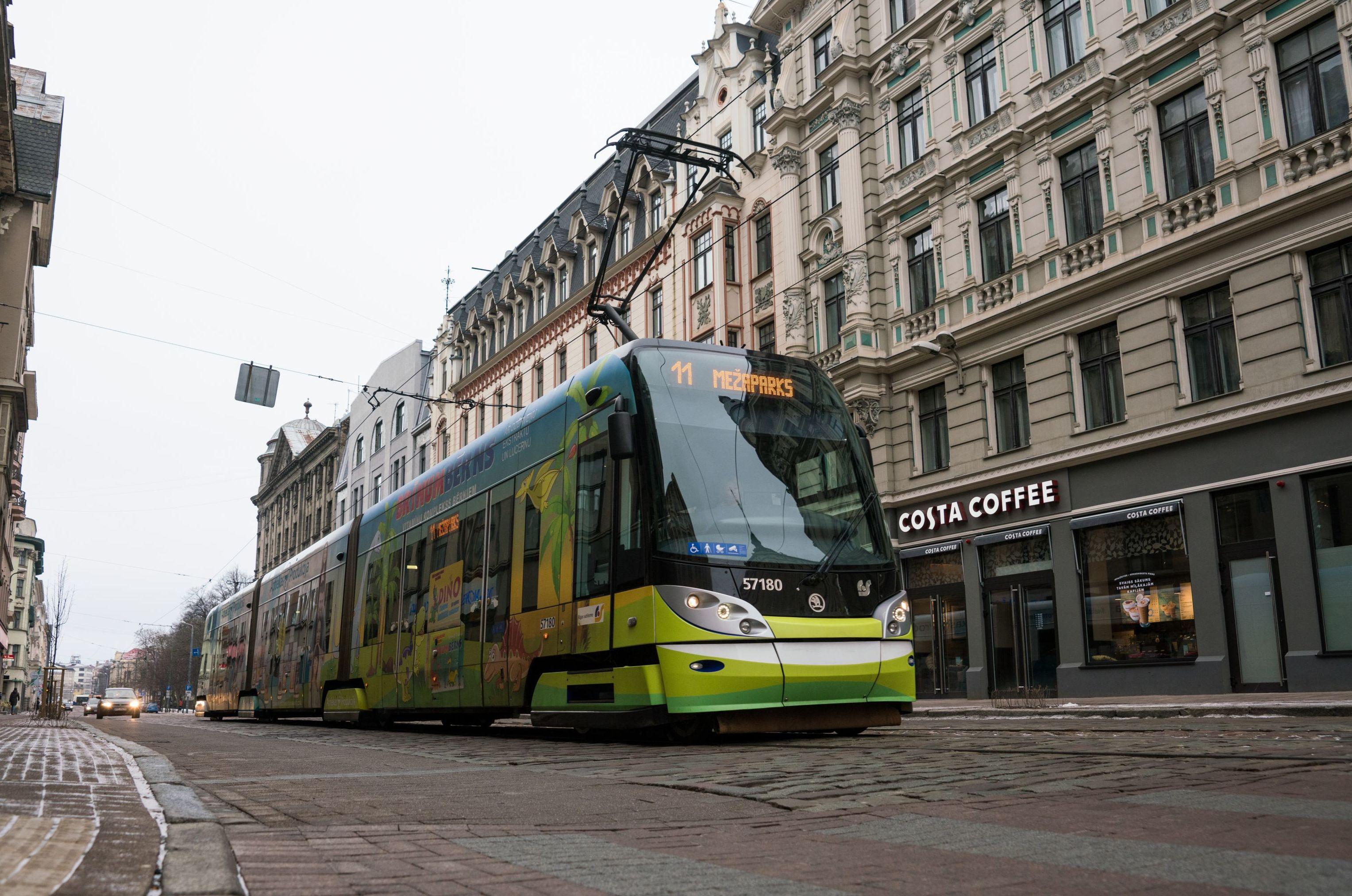 Трамвай на улице Кришьяня Барона в Риге