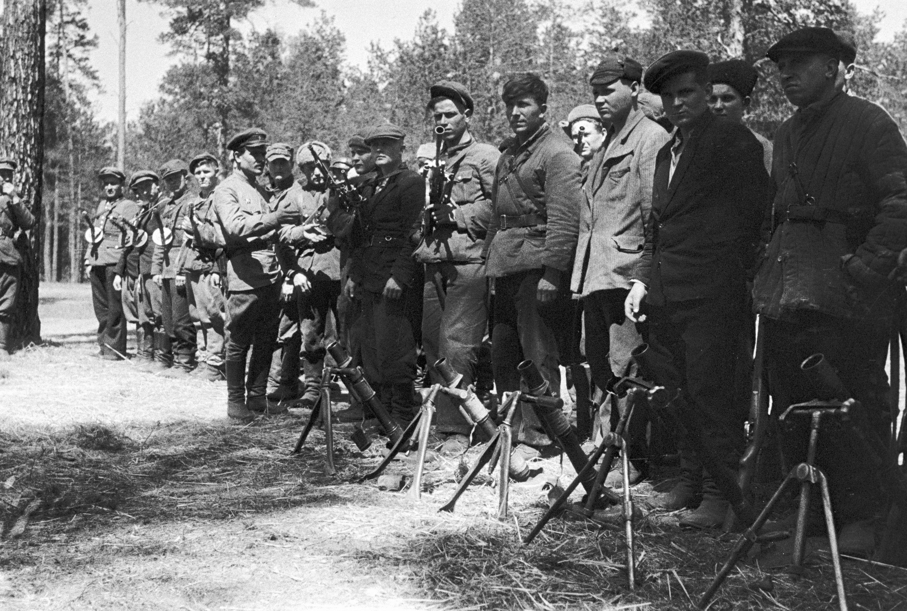 Белорусские партизаны перед боевой операцией, 1942 год