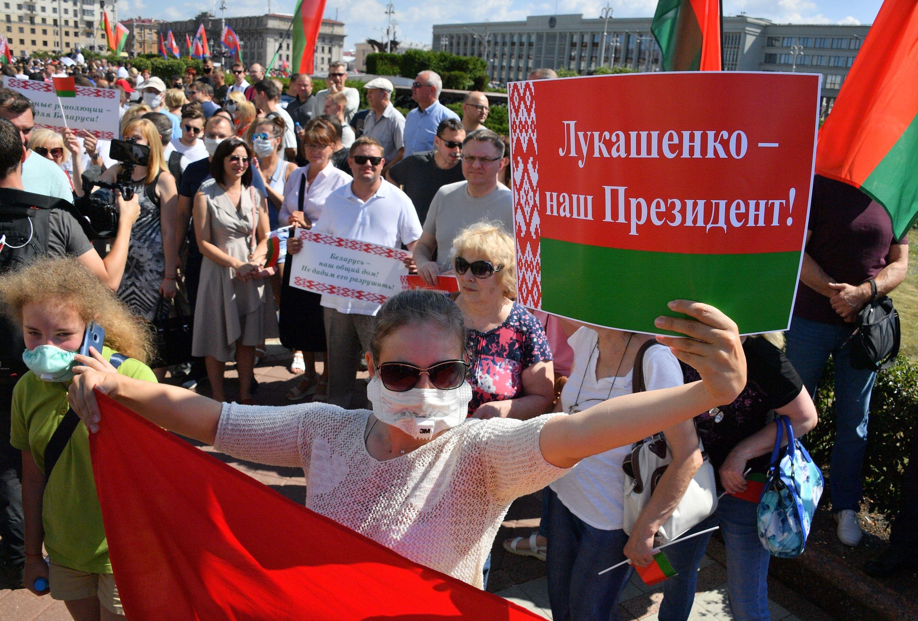 Участники митинга на площади Независимости в Минске в поддержку действующего президента Белоруссии Александра Лукашенко, 16 августа 2020