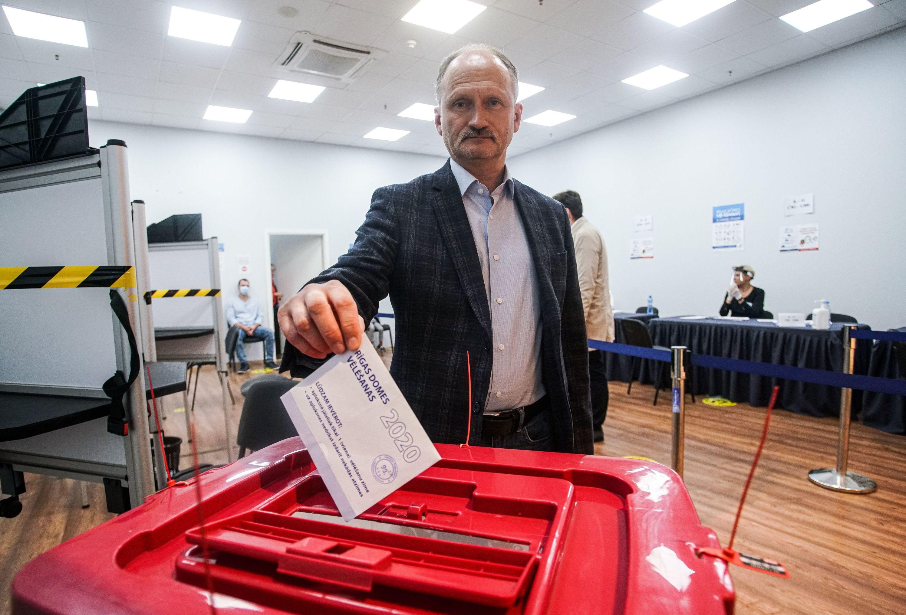Сопредседатель правления партии Русский союз Латвии Мирослав Митрофанов голосует на выборах в городскую думу на избирательном участке в Риге, 29 сентября 2020