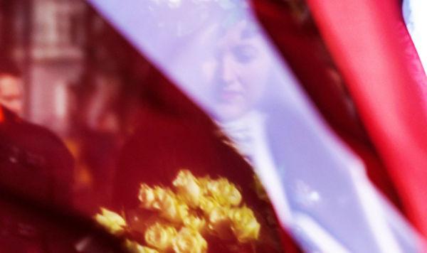 Девушка за флагом Латвии