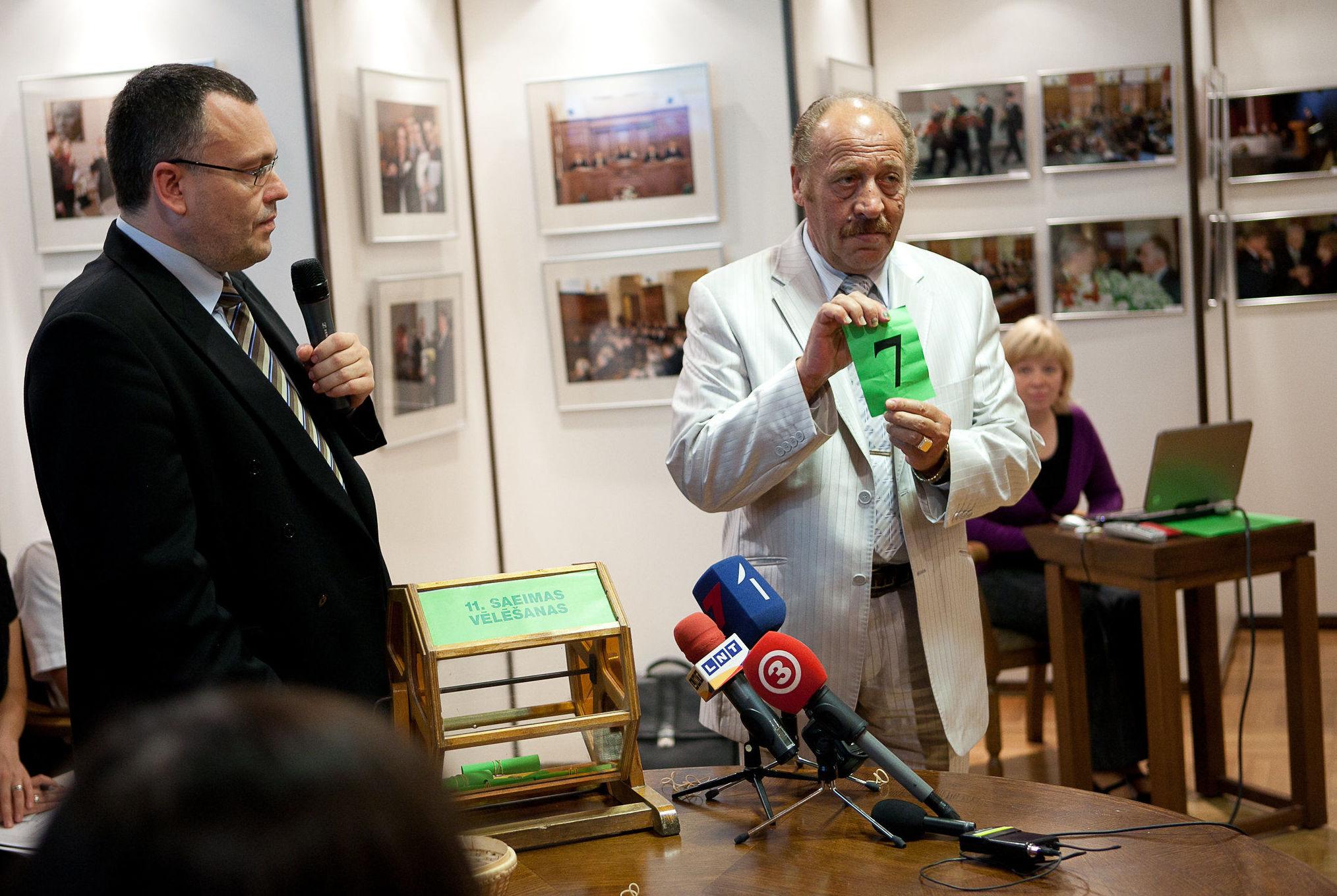 Яков Плинер на лотерее номеров списков кандидатов в депутаты, зарегистрированных для участия в выборах в Сейм, 2011 год