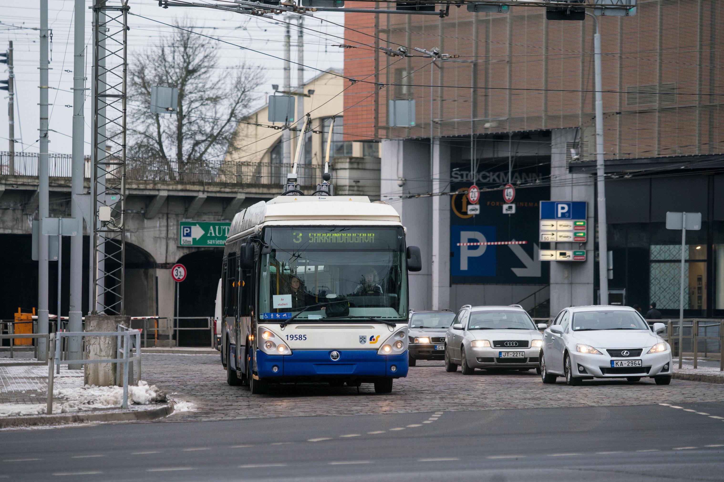 Троллейбус на улице Риги