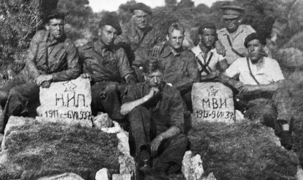 Советские танкисты у могил своих товарищей, погибших во время гражданской войны в Испании