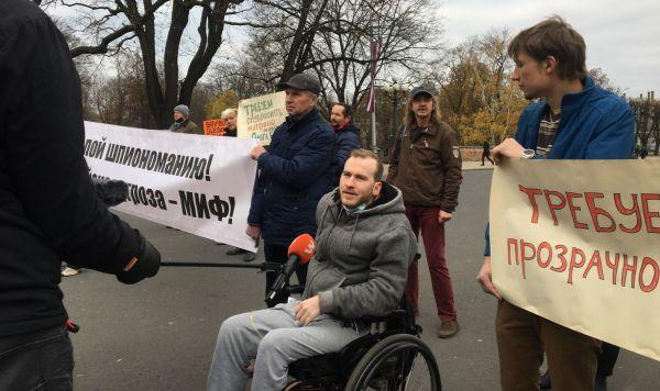 Роман Бурак во время митинга в поддержку осужденного на 15 лет Олега Бурака, Рига, 12 ноября 2020