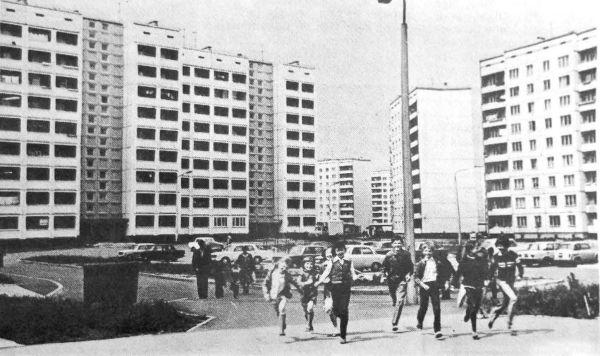 """На улице Дзержинского в Риге. Фото из газеты  """"Ригас Балсс"""" за 5 июля 1983 года"""