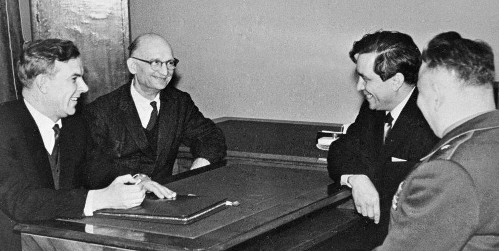 Председатель КГБ при СМ СССР В. Е. Семичастный (1-й слева) принимает советских разведчиков Рудольфа Абеля (2-й слева) и Конона Молодого (2-й справа), Москва, сентябрь 1964 года