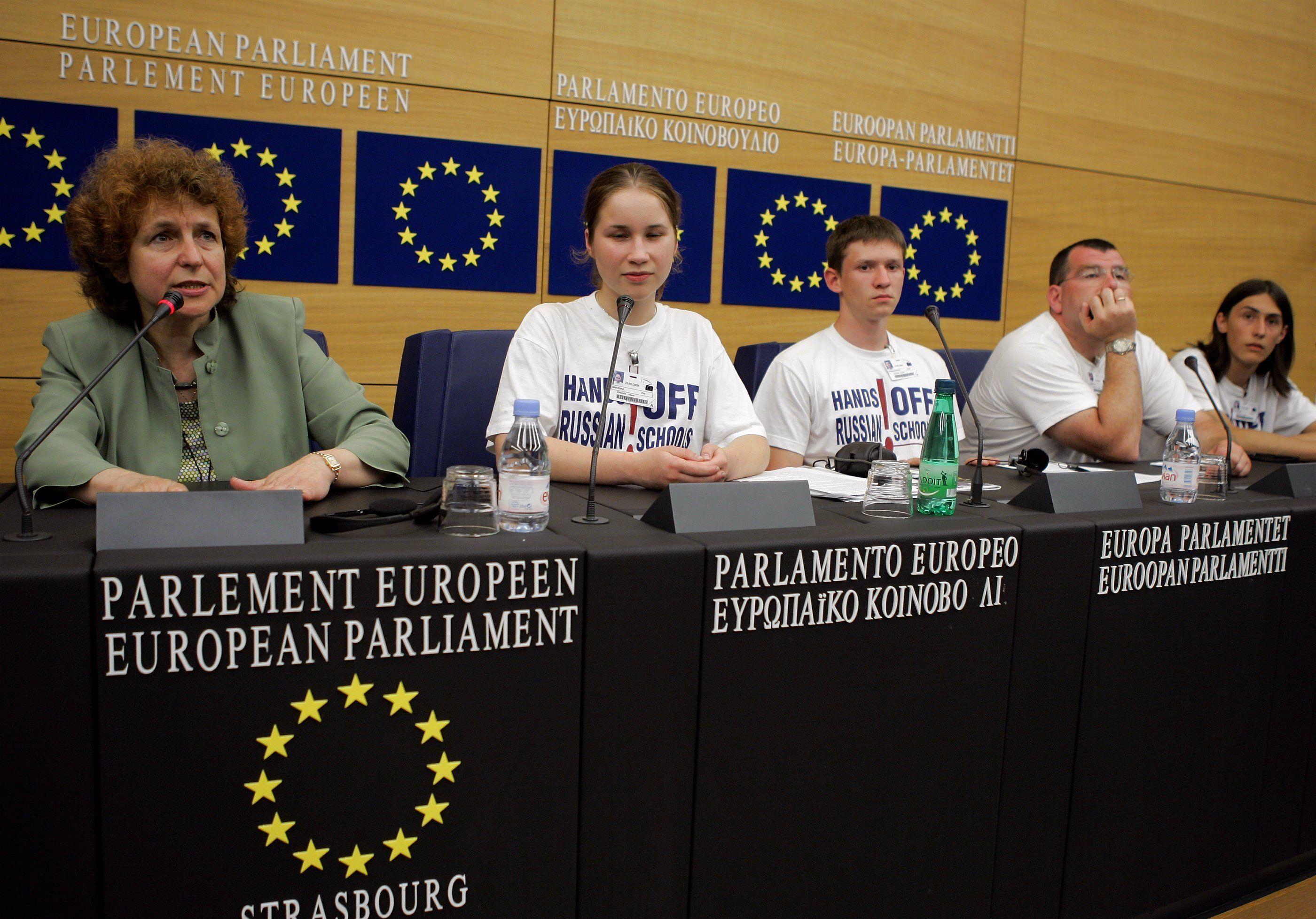 Татьяна Жданок (слева) и латвийские школьники во время пресс-конференции в Европейском парламенте в Страсбурге, 21 июля 2004 года