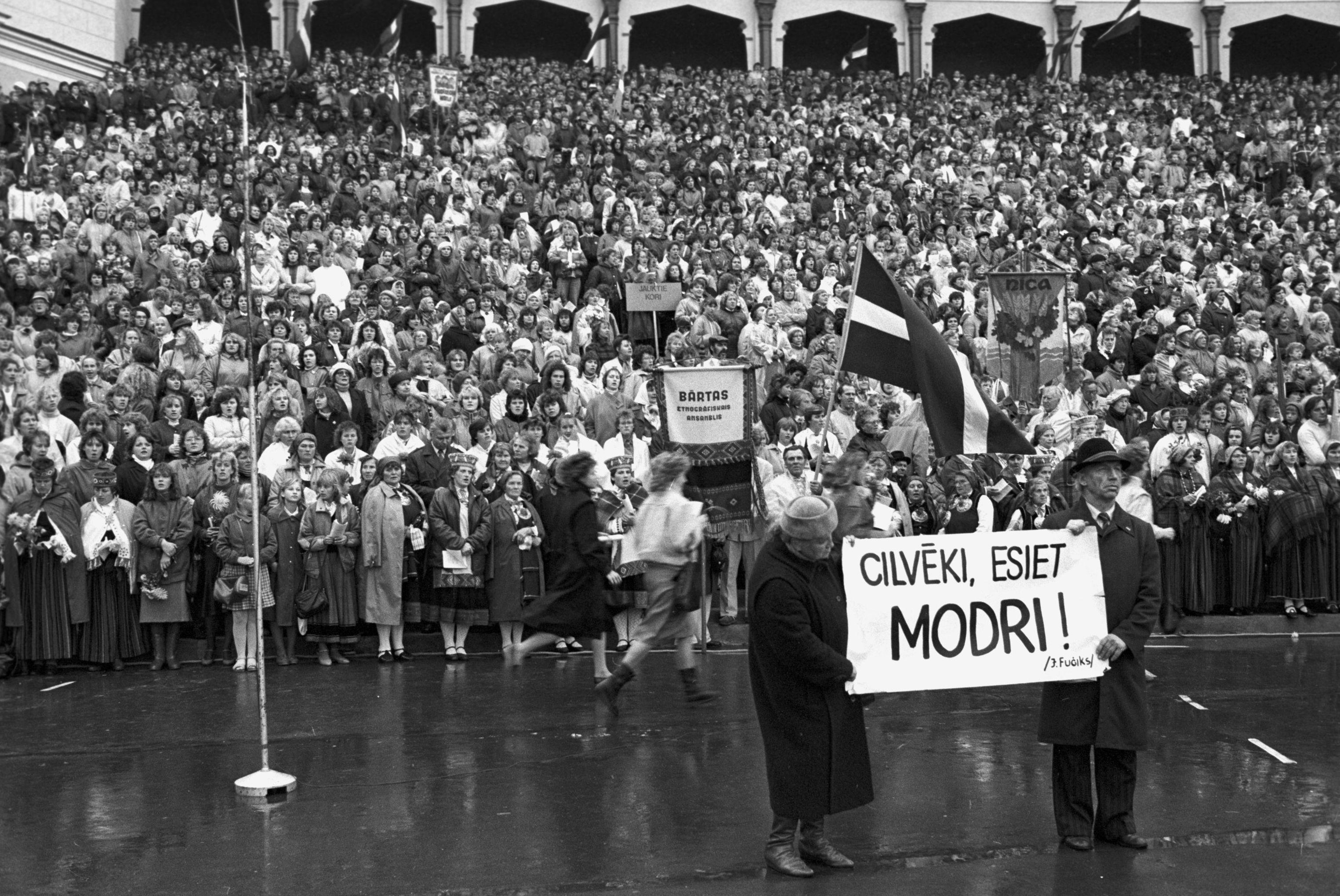 Митинг жителей Риги в поддержку учредительного съезда Народного фронта Латвии в Межапарке.