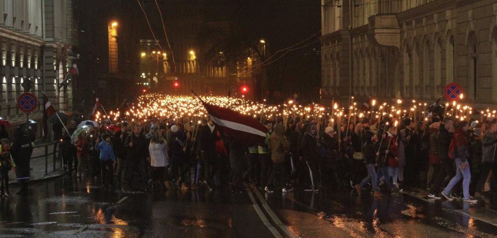 Факельное шествие в Риге в День провозглашения Латвийской Республики.