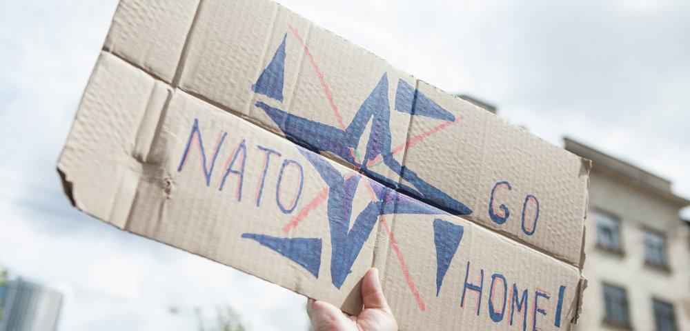 """Акции """"за"""" и """"против"""" усиления военного присутствия НАТО в Латвии у Центра стратегической коммуникации НАТО."""