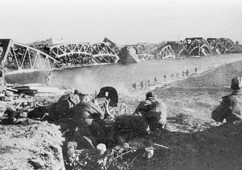 Взорванный гитлеровцами мост через Даугаву, октябрь 1944 года