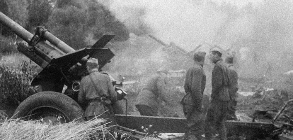 Советские артиллеристы ведут огонь по немецким позициям во время Великой Отечественной войны, Латвия, октябрь 1944 года