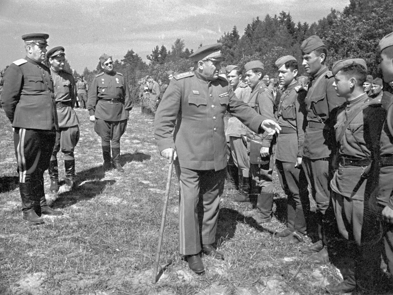 Командующий 2-го Прибалтийского фронта, генерал армии Андрей  Еременко обходит строй воинов, награжденных боевыми орденами,август 1944 год