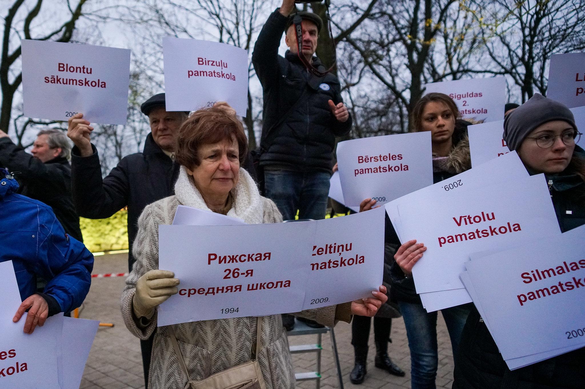 Татьяна Жданок учавствует в Флешмобе-акции в память о закрытых в Латвии учебных заведениях, Рига, 22 ноября 2018