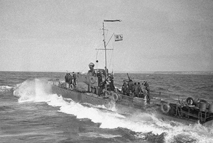 Морской советский корабль выходит на борьбу с подводными лодками противника.Советско-финская война