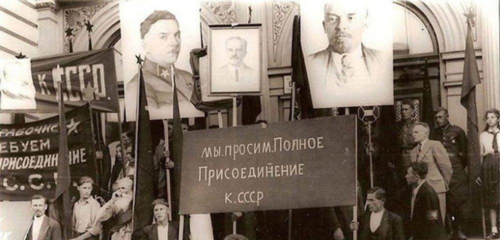 Рижане с плакатами о просьбе присоединения к СССР
