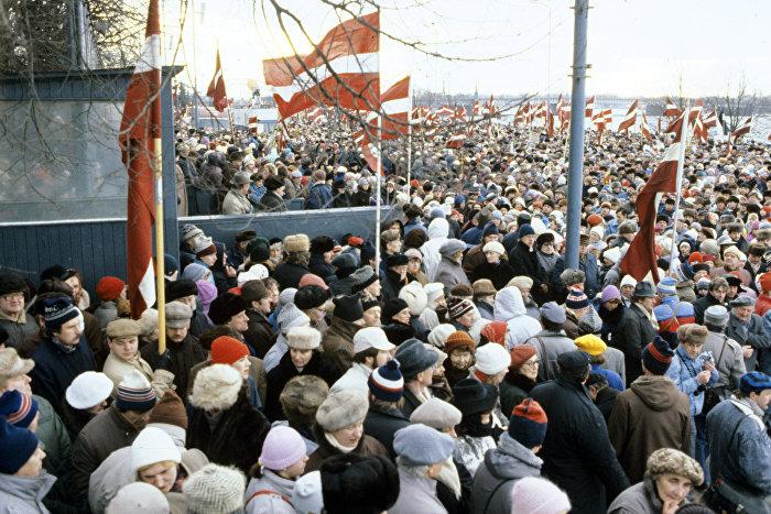 Вселатвийский митинг по призыву Народного фронта Латвии в знак протеста против столкновений у телецентра в Вильнюсе советских войск с литовскими манифестантами, 13 января 1991 года