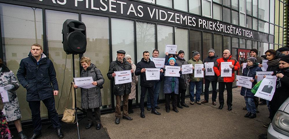Пикет в защиту Олега Бурака у здания суда в Риге, 15 февраля 2019