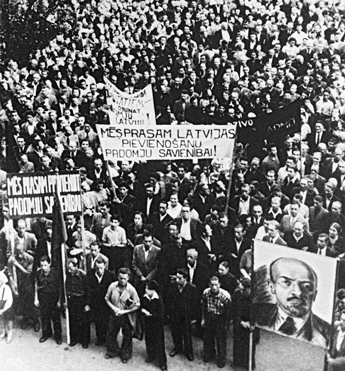 Демонстрация трудящихся города Риги, требующих присоединения Латвии к СССР, июль 1940 года