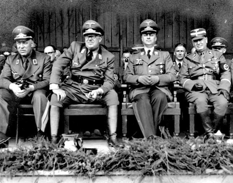 Генеральный комиссар Латвии Отто-Генрих Дрехслер (крайний слева), рейхскомиссар «Остланда» Генрих Лозе, рейхсминистр оккупированных восточных территорий Альфред Розенберг, гебитскомиссар Земгальской области Вальтер-Эберхард фон Медем. 1942 год, Латвия