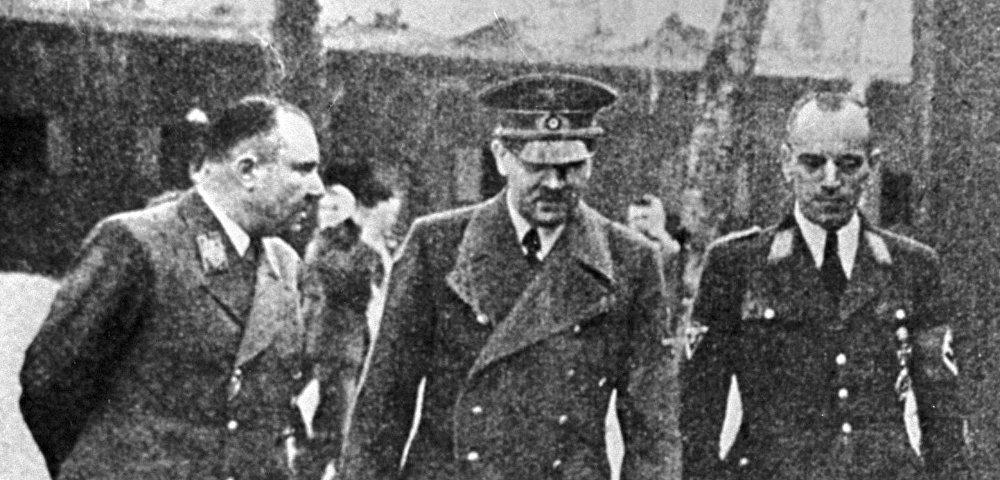 Слева направо: рейхсляйтер Мартин Борман, фюрер Адольф Гитлер, обергруппенфюрер НСКК Эрвин Краус.