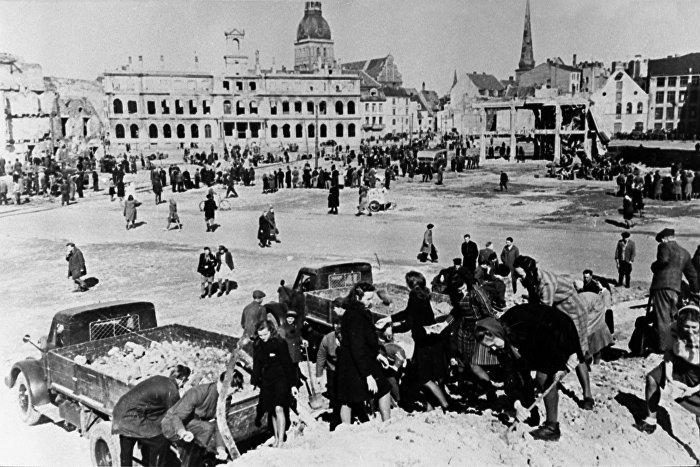 Жители Риги разбирают развалины после освобождения города, октябрь 1944 года