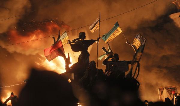 Горящие костры на площади Независимости в Киеве, 18 февраля 2014