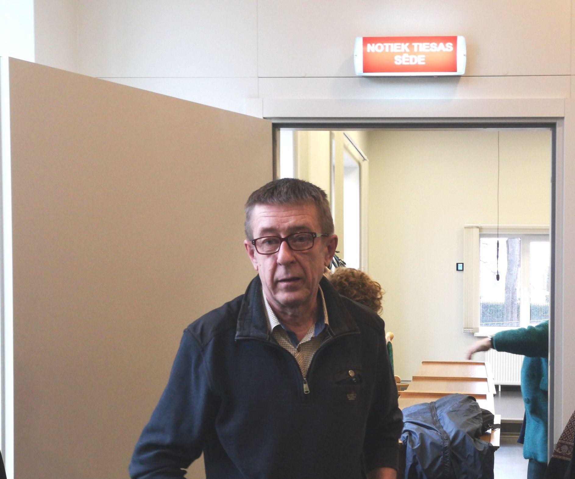 Журналист Юрий Алексеев выходит из зала заседаний суда, 25 февраля 2020