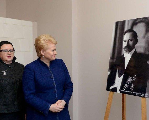 Даля Грибаускайте смотрит на портрет Антанаса Сметоны
