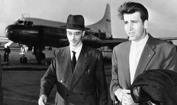 Клаус Фукс (слева) прибыл ФРГ после освобождения из британской тюрьмы, 23 июня 1959